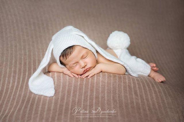 Доброго всем солнечного субботнего дня!!! Спящий зайчонок от талантливого фотографа @polina_fotoufa  Комплект Зайка в деле  #лидавяжет #lidavyazhet #комплектзайка #bunnybonnet #bunny #реквизитдляноворожденных #ньюборнфото #реквизитдляфотосессии #handmade #ручнаяработа #newbornprops #newbornphotography #props #knitprops #фотореквизит #knitting #ннов #фотосессияноворожденных #photoprops #knitstagram #knitphotoprops #lida_vyazhet