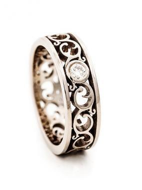 Kultaseppä, muotoilija Tero Hannosen Ornamentti-sormus, AU3. Vihkisormus, joka on sinulle tehty, tuo säihkeen silmiisi! via Häät.fi http://www.au3.fi