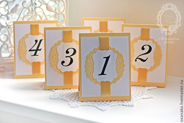 Купить или заказать Номера столов золотые в интернет-магазине на Ярмарке Мастеров. Номера столов выполнены из дизайнерского картона. Что можно изменить: — цвет номера столов — шрифт номера — рисунок узора на номере стола — цвет ленты Номера столов могут быть выполнены в любом стиле по вашему желанию. И для любой коллекции из моего магазина. К данным Номерам столов подходят к следующие свадебные аксессуары: Приглашения: www.livemaster.…
