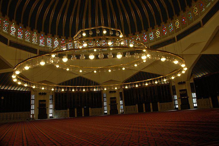 JORDÂNIA, Amman, de Janeiro de 2014. Diferentes fontes dão diferentes valores de a capacidade da mesquita do rei Abd Allah - Supõe-se que podem acomodar 3-10000 fiel, certamente, o segundo número refere-se à área ao redor do templo. De qualquer forma, é a maior mesquita da Jordânia, e os interiores são um exemplo perfeito da arquitetura islâmica moderna.