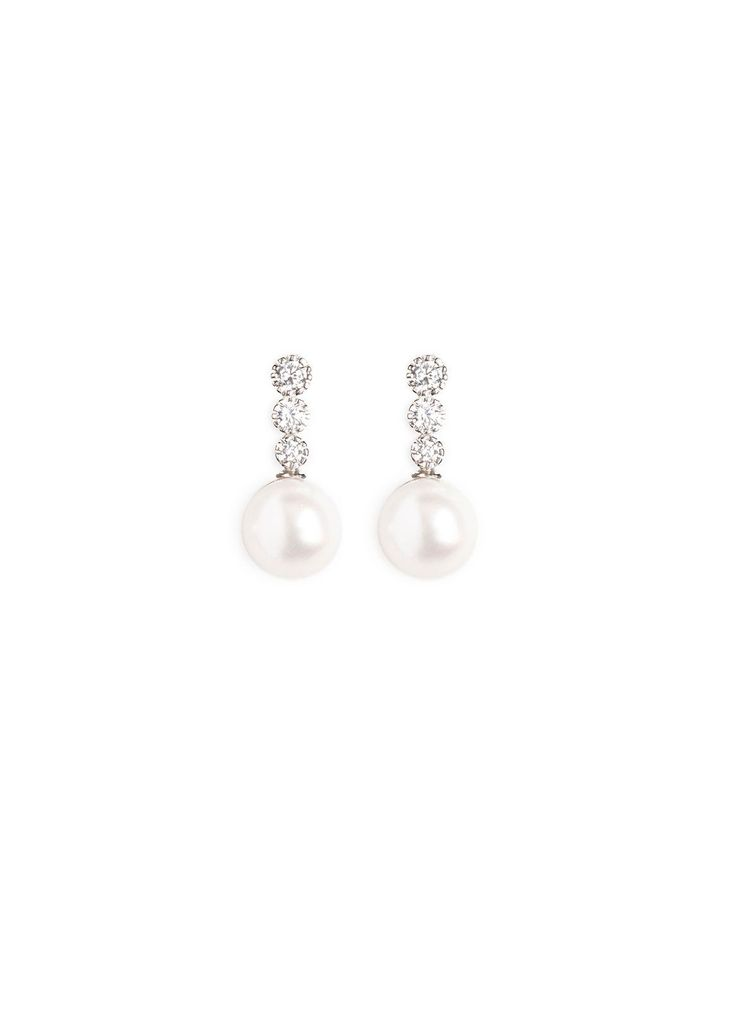 The Flynn pearl wedding earrings are the perfect touch for classic through to modern looks. Pair the Flynn with feminine and romantic and structured gowns.