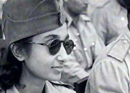 """Conhecida como """"Capitã Lakshmi"""", Lakshmi Sehgal foi uma revolucionária no movimento de independência da Índia, oficial do exército nacional indiano e, depois, Ministra dos Assuntos para Mulheres no governo Azad Hind. Na década de 1940, ela comandou o regimento Rani de Jhansi – um regimento composto apenas por mulheres que visavam derrubar o Raj britânico na Índia colonial. O regimento foi um dos poucos que tiveram combatentes apenas de mulheres na Segunda Guerra Mundial."""