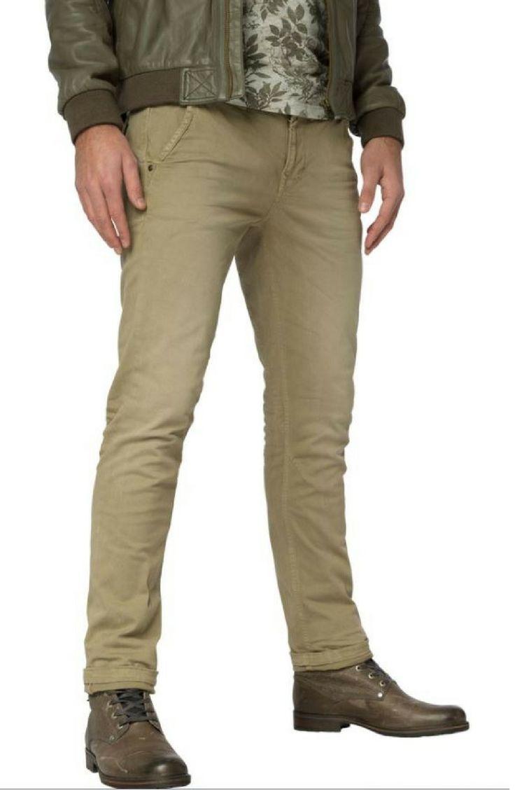 PME Legend Chino in kaki. Deze lange broek heeft 2 steekzakken, 2 back pockets en een ritssluiting. 98% katoen, 2% elasthan. 5111.25.17/16/18
