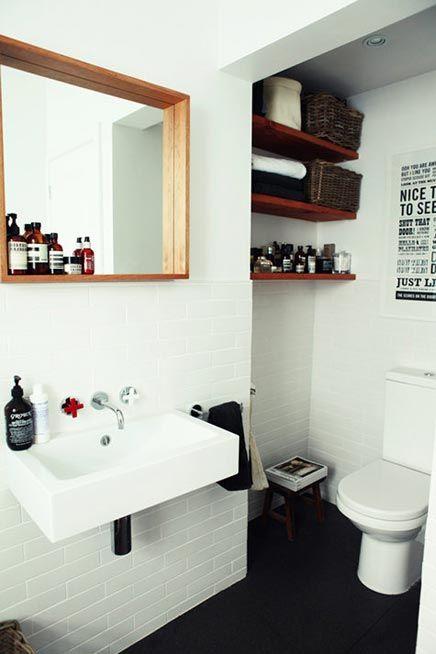 metrotegels met donkere vloer in kleine badkamer