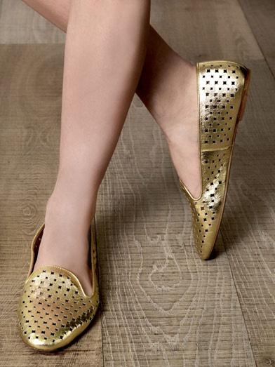 Roy slippers aurii perforati . Vezi cum comanzi din Romania. http://thankyou.ws/ce-pantofi-si-sandale-poarta-celebritatile-in-primavara-vara-2013