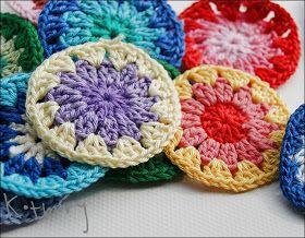 Granny square to najpopularniejszy motyw szydełkowy z jakich robione są babcine pledy lub poduszki.   Jak zrobić do niego bazę?       1....
