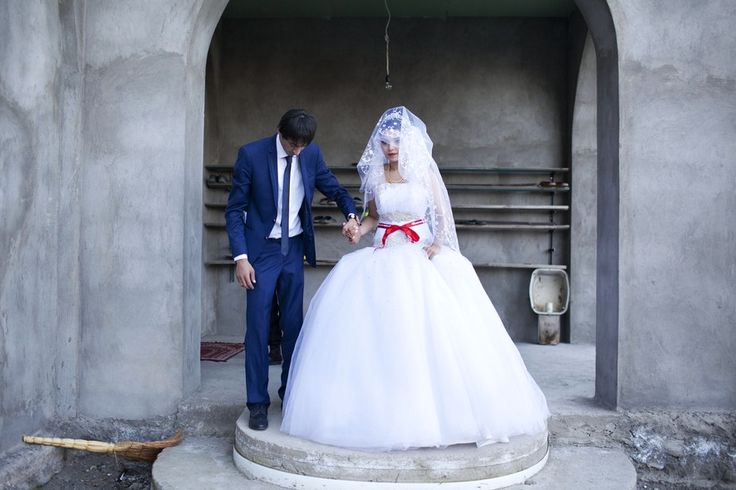 Даро Сулакаури (Daro Sulakauri), с детства наблюдавшая за ранними браками в Грузии, посвятила этой проблеме фотопроект. Грузия занимает одно из первых мест среди европейских стран по числу ранних браков. Многие девушки-подростки (преимущественно в деревнях регионов Аджария и Кахетия) выходят замуж уже в старших классах. Проект Deprivation of Adolescence рассказывает о бракосочетании семнадцатилетней девушки и юноши двадцати с небольшим лет, которые впервые встретились в день своей помолвки.