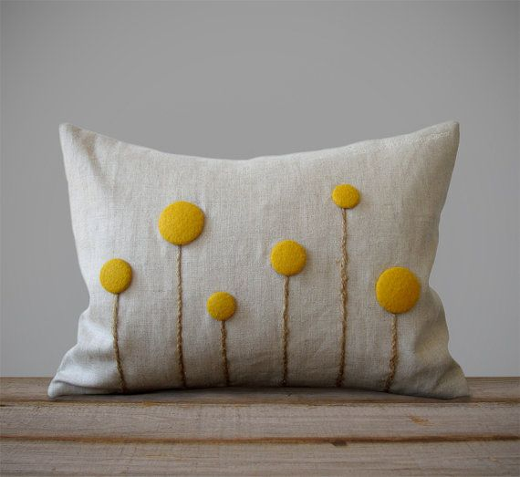 Flores de Billy Ball, también conocido como Craspedia, se han creado de hecho a mano fieltro botones forrados con tallos de guita para adornar