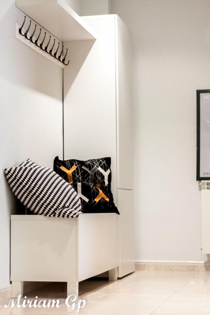 Recibidor con estilo mud room nórdico utilizando BESTA de Ikea y colgadores LEKSVIK con una balda LACK