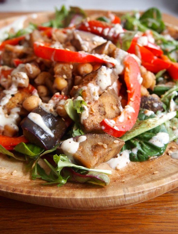 Recept: salade met kikkererwten, veggies, za'atar en tahinidressing | De Groene Meisjes