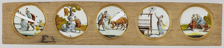 Anonymous | Vijf taferelen uit de Klassieke mythologie, Anonymous, c. 1700 - c. 1790 | Vijf glazen met taferelen uit de klassieke mythologie in een houten vatting. Op het glas uiterst links: een rennende man en vrouw, beide met een omhooggeheven hand met daarin een appel. Op de stenen op de achtergrond een menselijk gezicht en een menselijk bovenlijf. Een derde appel vliegt op de achtergrond door de lucht. (Wellicht Atalanta en Hippomenes?) Het glas rechts daarvan: Jason, met speer in…