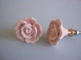 Porseleinen knop in de vorm van een roos van hoogwaardig porselein
