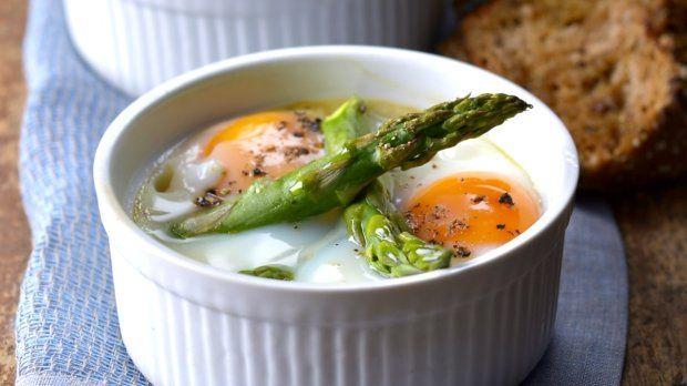 Chřest a vejce spolu zkrátka dokonale ladí. Luxusní víkendovou snídani nebo lehkou večeři vykouzlíte během chvilky a zaručeně si pochutnáte...