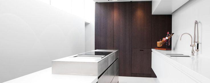 Bij deze keukeninrichting werd overvloedig gebruik gemaakt van materialen zoals gezandstraalde eik, massieve inox en witte lak.