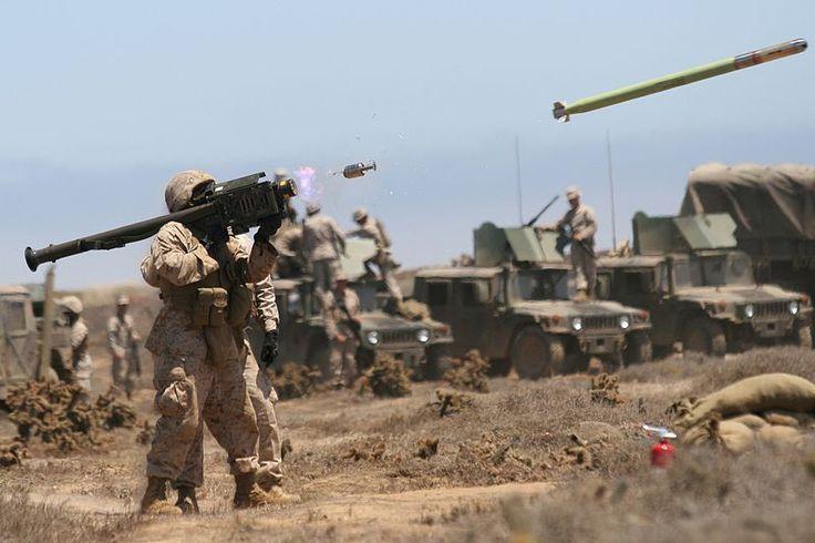 Un infante de marina EE.UU. dispara un misil Stinger FIM-92A durante un ejercicio de entrenamiento de julio de 2009 en California.