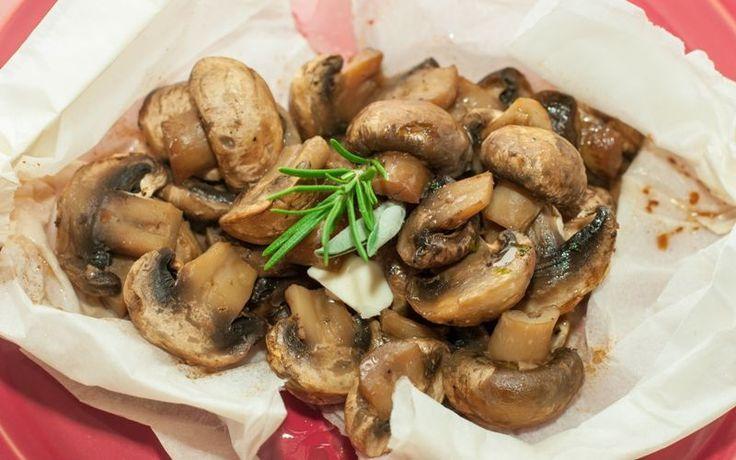 Ciuperci cu ierburi proaspete en papillote