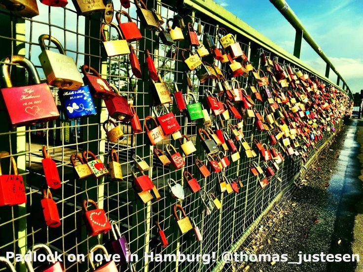 Der er meget kærlighed i Hamborg og kærestepar sætter en hængelås på kærlighed! :) #rejse #rejser #rejseliv #rejseblog #rejsefeber #rejsetips #hamborg #hamborg2015 #tyskland #tysklandstur #tyskland2015 #solnedgang #solnedgangen #kærlighed #ferie #ferien #ferientag #ferietid #frihed