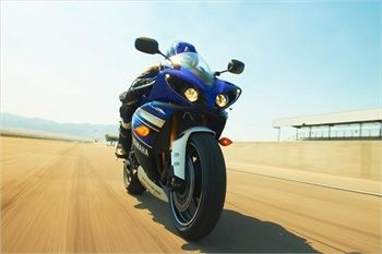 Although this model Yamaha found on sale in September of 2012 that is no reason not to introduce ourselves as one of the newer models. The model is 2013, and is produced by Yamaha. The model belongs to the Super Sport motorcycles and justifies its name in the real sense. Launches YZF-R1 engine type