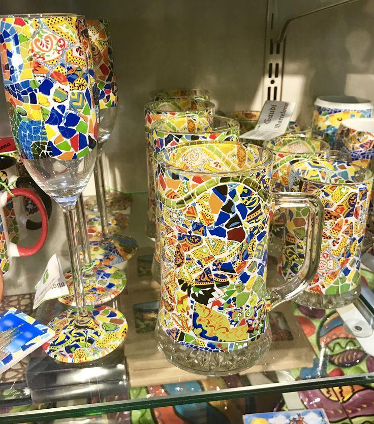 Este estampado es lo mismo que el estampado de una sección de la pared en Parc Güell. También ha añado algunos azulejos para que el diseño cabe en el cristal.