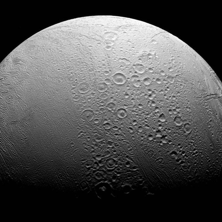 #Encelado bifronte. Una nuova immagine da NASA's Cassini Mission to Saturn ci mostra i due volti distinti della luna di Saturno. Da un lato quello più antico, dalla superficie esterna segnata dall'età, dall'altra quello più recente, ringiovanito dall'attività interna in corso nell'emisfero sud della luna. Credit: NASA/JPL-Caltech/Space Science Institute.