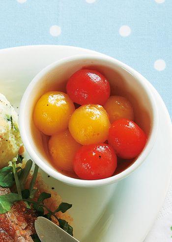 プチトマトのマリネ。二色のトマトを使えば、ぱっと華やぐ付け合わせに。