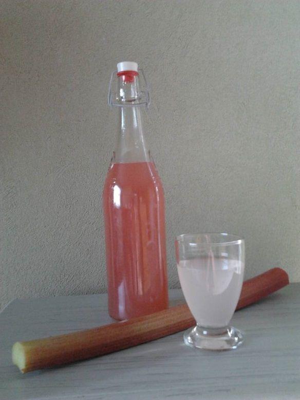 """Met de rabarber uit de tuin kun je zoveel meer maken dan confituur! Zoals limonade bijvoorbeeld! De bereiding is helemaal niet moeilijk en je hebt er weinig ingrediënten voor nodig. De uit te lengen siroop wordt met stevia gemaakt. Zo beperk je het suikerverbruik in je gezin én kunnen mensen met een suikervrij dieet (diabetici) … """"Koken met ingrediënten uit de tuin: rabarberlimonade met stevia"""" verder lezen"""