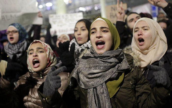 """Die Massenproteste in den USA nach der Unterzeichnung des Terrorschutz-Dekrets von Präsident Donald Trump ähneln """"orchestrierten Aufführungen"""", glaubt ein russischer Außenpolitiker. Schließlich habe es keine Demonstrationen gegeben, als Barack Obama in seiner Amtszeit muslimische Länder bombardieren ließ. Wer steht also hinter den Protesten?"""
