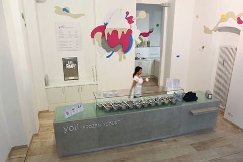 Simple counter signage in Yoli Frozen Yogurt by design collective Amseldrossel.