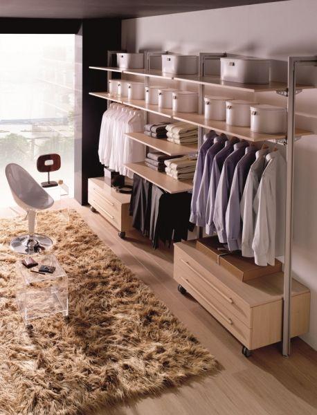 un armario vestidor con vistas