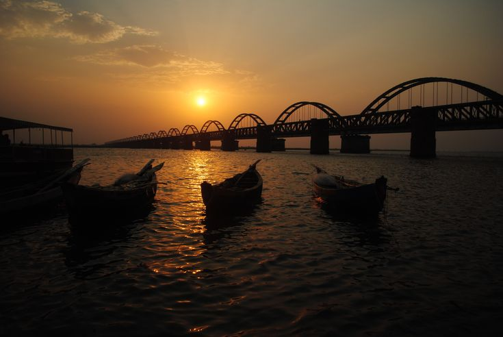 Another lovely pic of the Godavari bridge at sunset.