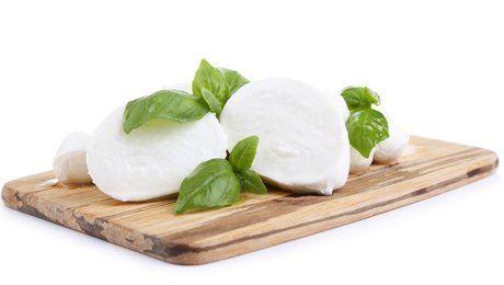 La mozzarella apparut au sud de l'Italie, dans la province de Campanie au XVe siècle. Au début, elle a été fabriquée à partir de lait de bufflonne, mais maintenant, on n'utilise plus que du lait de vache dans sa fabrication. Ce fromage est très apprécié dans les pizzas, mais elle trouve aussi d'autres utilisations comme dans les salades ou les amuses bouches. Apprenez la recette de la mozzarella fait maison.