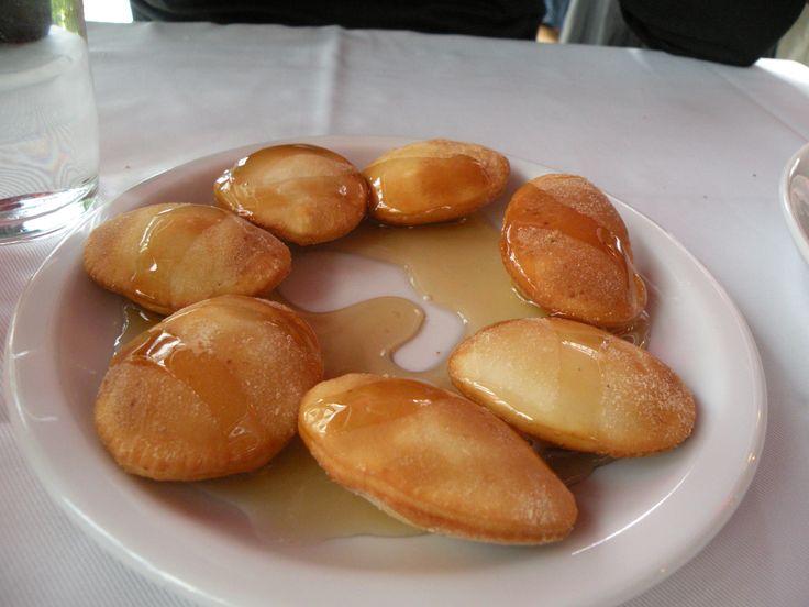 Μια συνταγή για Μυζηθροπιτάκια με σπιτικό φύλλο περιχυμένα με μέλι. Απολαύστε ταμε μυρωδάτη με δυόσμο γέμιση ή με ζάχαρη και κανέλα για πιο γλυκιά γεύση ή