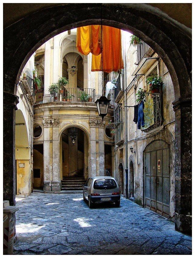 Napoli, Italia - Baroque building, in the backstreets of Naples
