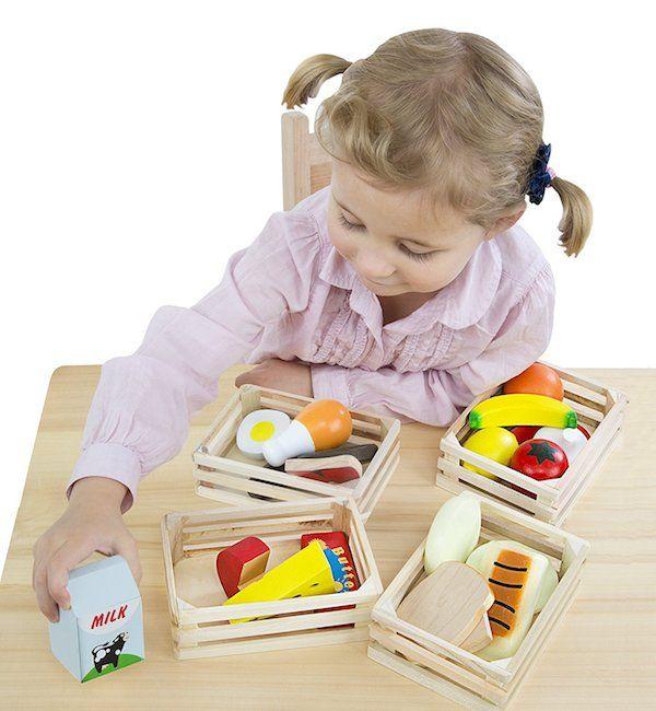 Melissa and Doug Alimentos de juguete. Set de piezas resistentes de madera. Incluye sandía, maíz, leche, queso, cereales, pescado, huevos y mucho más. 21 piezas pintadas a mano