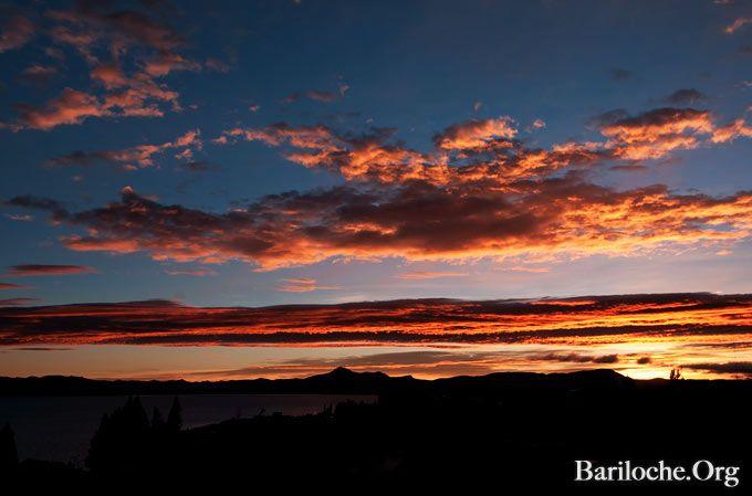 Solo Abril tiene estos amaneceres... Buena comienzo de Semana (Santa)!   Más Bariloche: www.bariloche.org