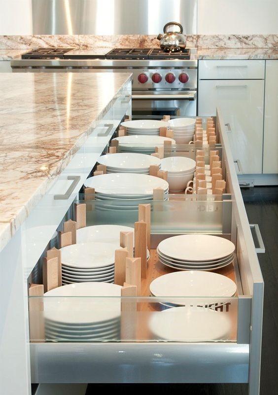 Vaisselles dans des tiroirs.... à intégrer dans une grande armoires avec une seule porte et plusieurs tiroirs dans le mur d'armoires