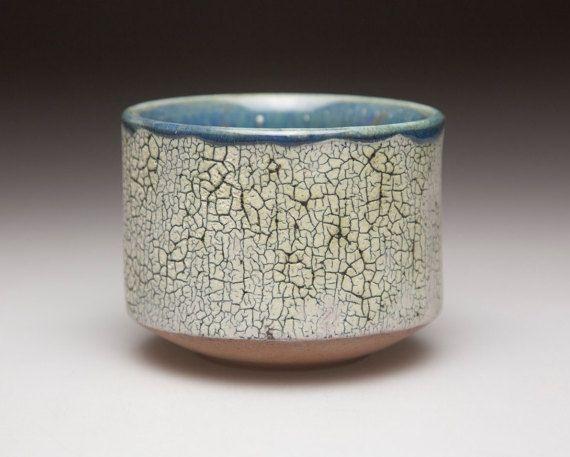 grigio blu smaltato e superficie ceramica ciotola chawan di cracking