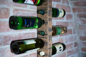 Nástěnný držák na lahve
