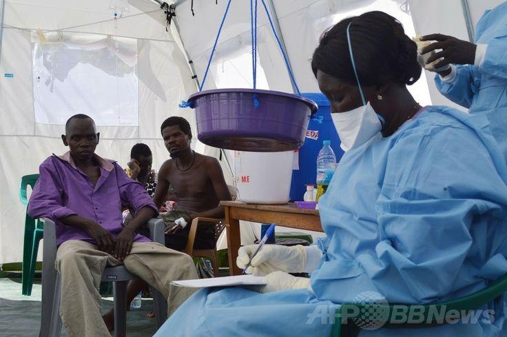 南スーダンの首都ジュバ(Juba)の医療施設で治療を受けるコレラ菌に感染した人々(2014年5月20日撮影)。(c)AFP/SAMIR BOL ▼28May2014AFP|南スーダンでコレラ流行、感染数百人に 死者も WHO http://www.afpbb.com/articles/-/3016092 #Juba #Cholera