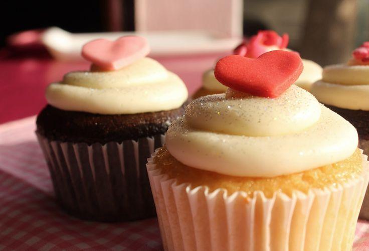 Sorprende a tu familia en esta temporada de amor con Cupcakes Dulce Tentación vainilla y llena tu mesa de sonrisas.