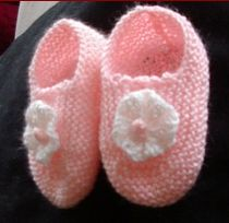 Knitting pattern for 3ply or 4ply baby shoes with a flower.