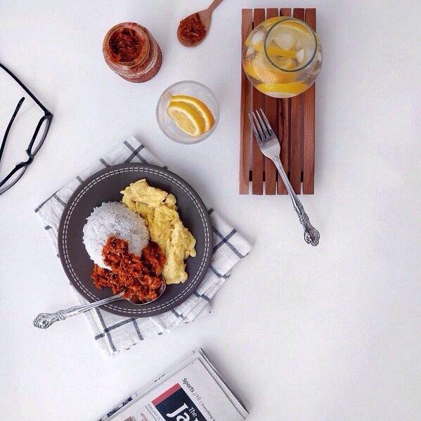 Makan siang nasi panas, abon cakalang pedas dari @fishandchilli dan air es pakai lemon itu bukti bahagia itu sederhana. Photo credit @edihartonoliem.