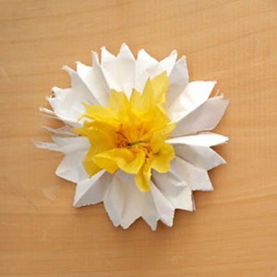 Aprenda a confeccionar uma flor de papel seda