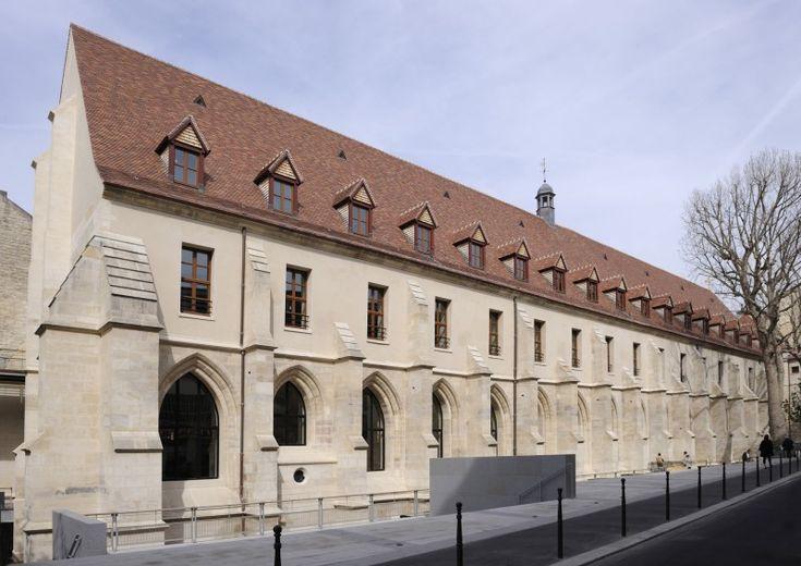 college-des-bernardins-paris-5eme Entre Notre-Dame et la Sorbonne, dans une petite rue donnant sur le boulevard Saint-Germain, se trouve une longue bâtisse médiévale datant du 13ème siècle, qui a conservé son ossature d'origine, ses vieilles pierres et sa splendide toiture de tuiles plates, percée par des lucarnes pointues. Cet édifice gothique, classé Monument historique en 1887, n'est autre que le Collège des Bernardins, un ancien collège cistercien de l'Université de Paris.