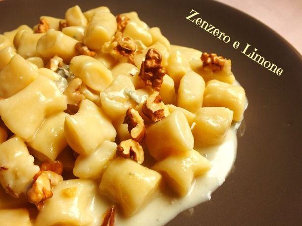 Un condimento a base di gorgonzola e noci perfetto per accompagnare degli gnocchetti delicati come quelli di ricotta. Una ricetta semplice e veloce