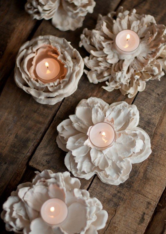Hoe leuk en makkelijk! Maak zelf je theelichthouders of decoratie van echte/nep bloemen met gips     http://www.designmom.com/2013/08/plaster-flower-votives/
