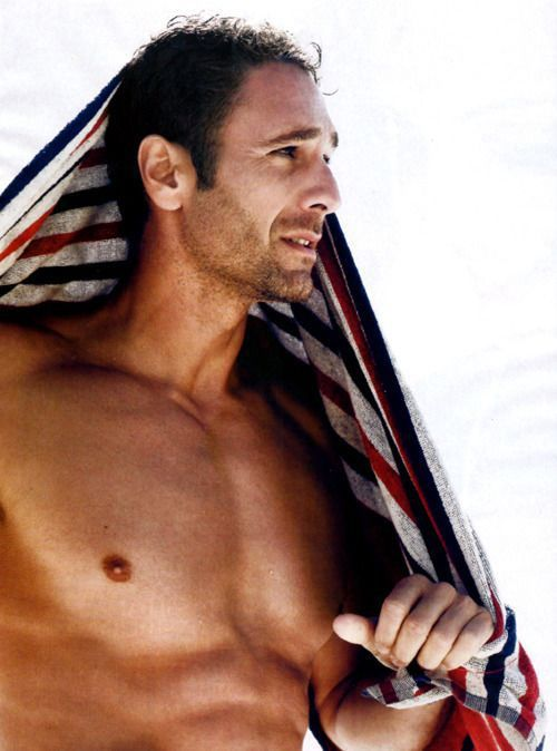 Afternoon eye candy ladies: Raoul Bova