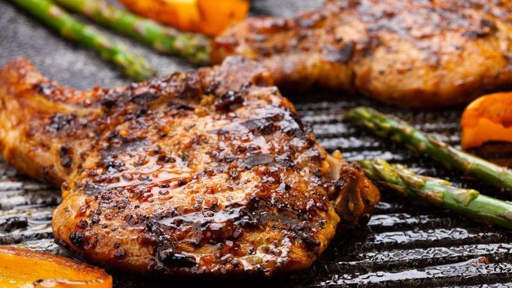 Costata di maiale alla griglia, braciola di maiale con funghi e Fontina