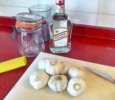 Ajos para cortar y mezclarlos con el aguardiente
