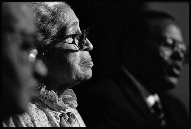 1995. « Rosa Parks a aidé à établir le droit des Noirs américains à traiter comme des êtres humains à un point d'éclair dans le mouvement des droits civils